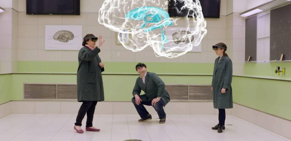 Claudia Krebs y otros dos compañeros visualizan el holograma de un cerebro utilizando dispositivos de HoloLens