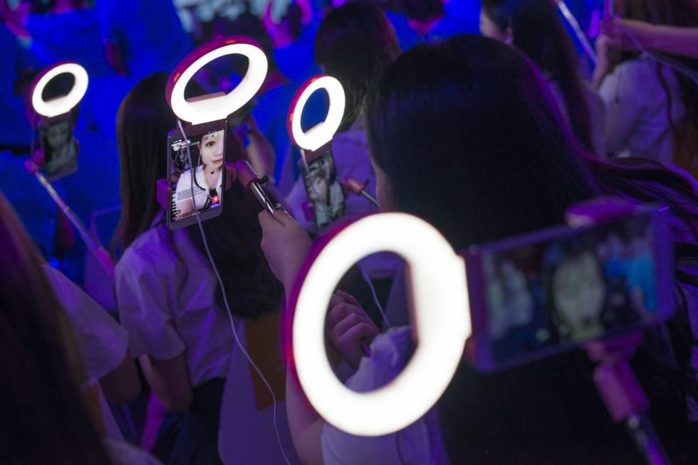 Palo selfi, foco y auriculares con micro son los accesorios básicos de los 'wang hong'.