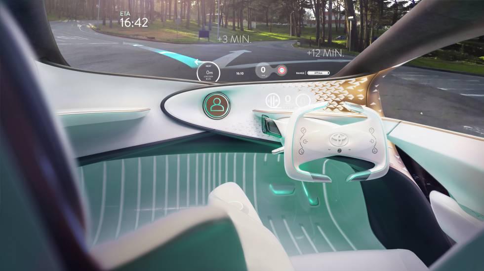 No hay pantallas en el salpicadero del Toyota Concept-i: la iluminación del suelo indica el modo de conducción (autónoma o manual) y unos proyectores avisan de los ángulos muertos. En el parabrisas se refleja toda la información importante.