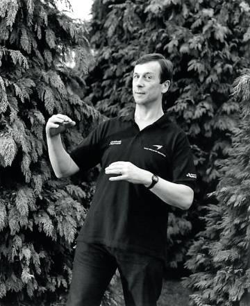 Kevin Warwick, profesor de la Universidad de Coventry y figura polémica del transhumanismo que ha experimentado implantándose varios chips en su cuerpo.