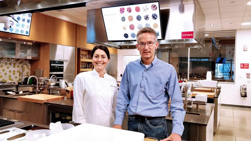 Michiel Bakker, director de la cocina de Google; y JanelleBennet, la chef del canal interno de YouTube, grabado en la KitchenSync.