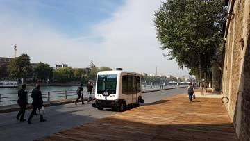 Un autobús sin conductor de la empresa EasyMile circula por París