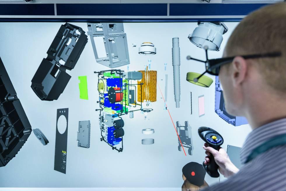 Un ingeniero visualiza con una herramienta de realidad virtual las piezas de un aparato.