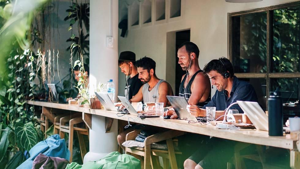 Escena de trabajo en el Dojo Bali en Canggu.