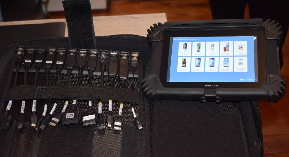 El dispositivo Cellebrite y un estuche con múltiples cables de conexión son las herramientas básicas de los forenses informáticos.