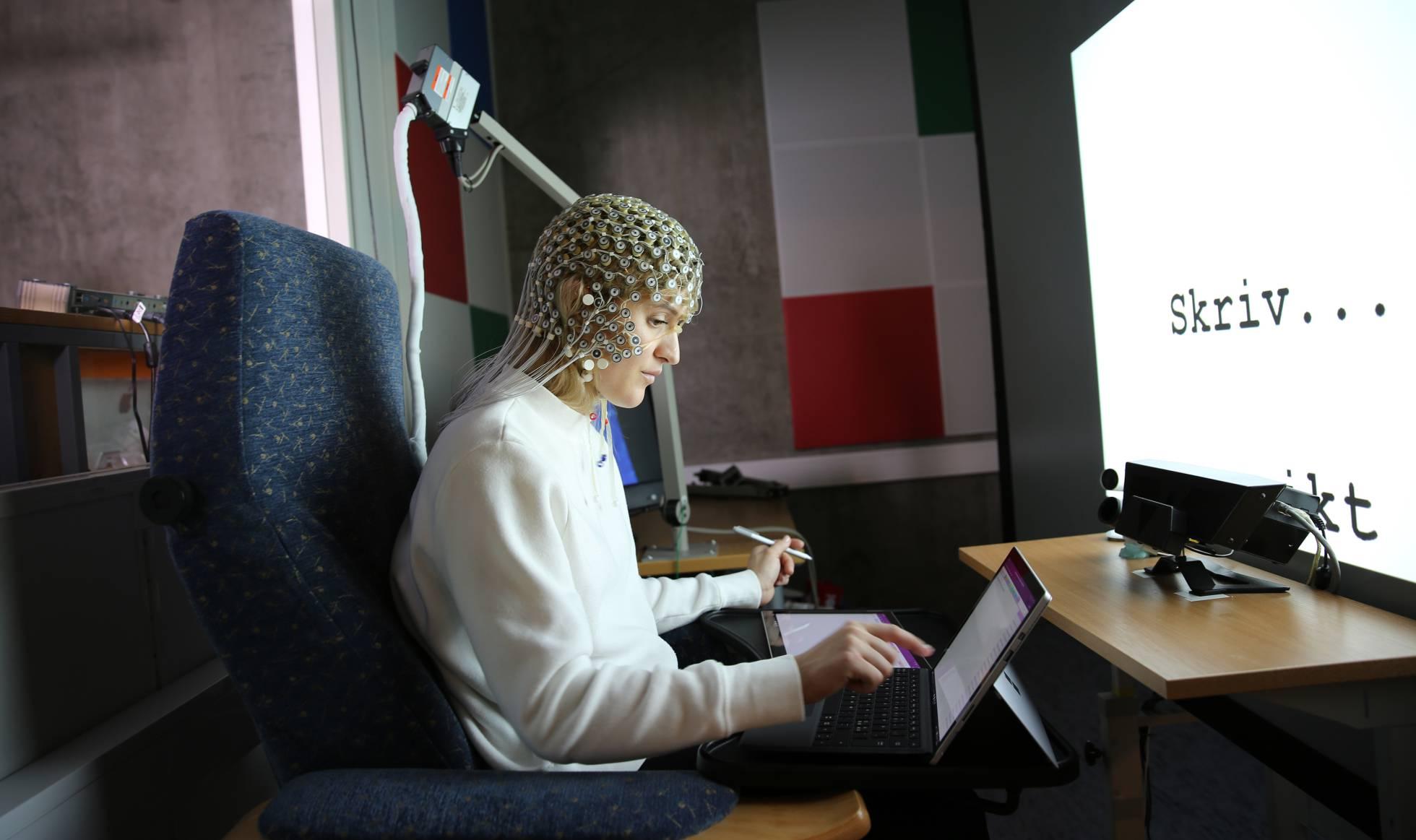 Una estudiante en el transcurso del experimento