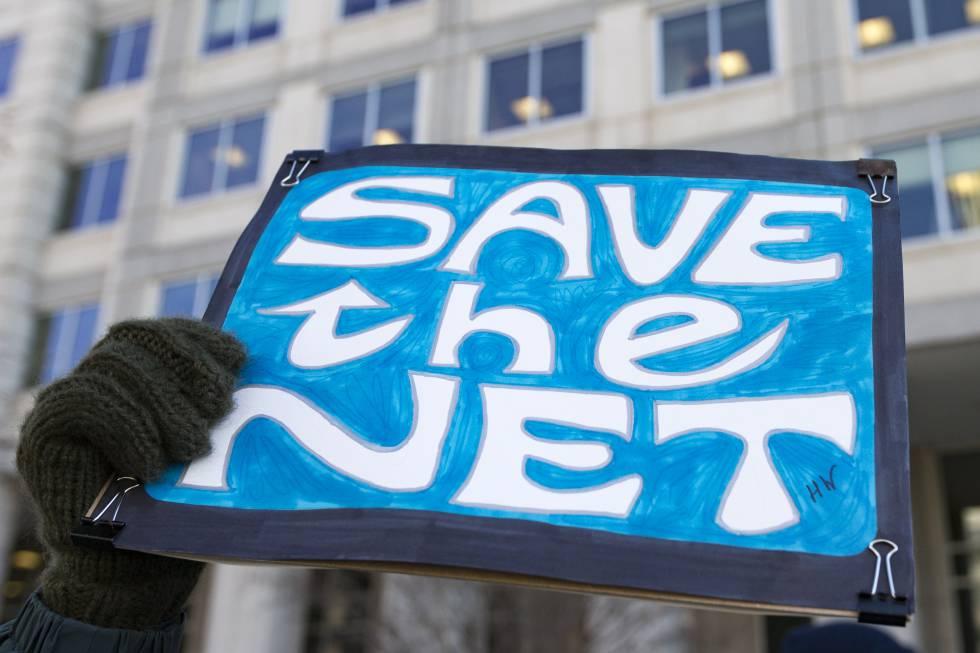 Pie de Foto: Una mujer protesta contra la propuesta de rechazar la Neutralidad en la red frente a la sede de la Federal Communications Commission en Washington DC el 13 de diciembre.