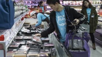 Por la tienda trajinan empleados con camiseta azul que introducen en bolsas los pedidos de clientes que han comprado por internet o a través de la 'app'.