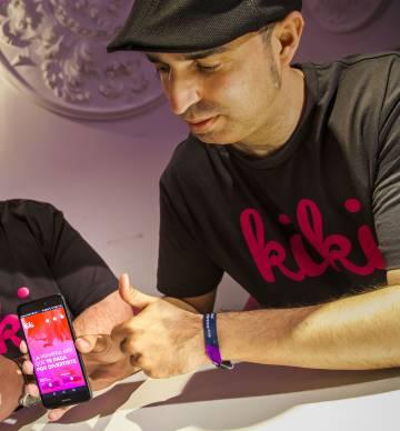 Chris Urbina, CEO de Kiki, muestra la aplicación.