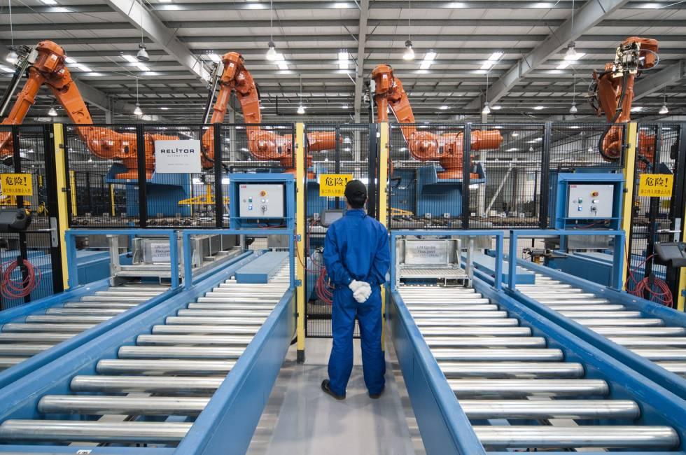Un operario observa los robots de la fábrica de Gestamp en Kunshan, China.