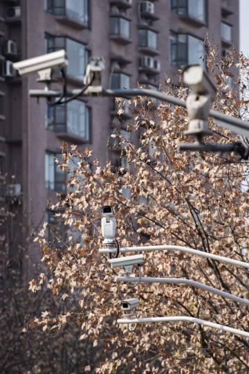 Enjambre de cámaras en una calle de Shanghái. Se calcula que en toda China hay 170 millones, a las que se sumarán otros 450 millones en los próximos dos años.