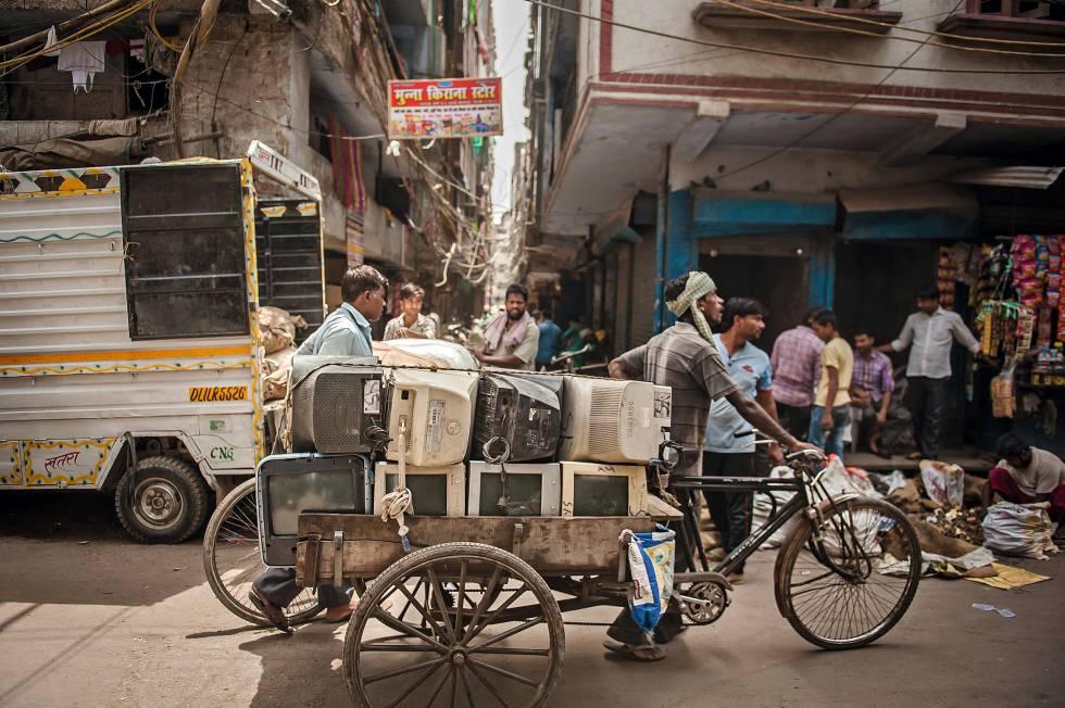 30.000 personas  trabajan en este  vertedero de  Nueva Delhi, que  recibe ordenadores  o móviles de  toda la India
