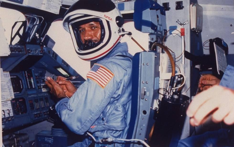 Charles Bolden fue piloto de pruebas de la NASA y participó en cuatro misiones espaciales, en dos de ellas como comandante.