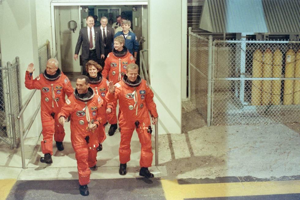 Bolden (el primero), antes de embarcar a la nave Discovery en la misión que puso en órbita el telescopio Hubble en 1990.