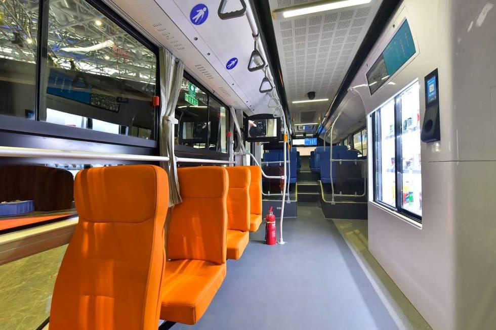 Aspecto del interior del autobús. Cada asiento lleva una pantalla con opciones de entretenimiento. A la derecha, máquina de vending.