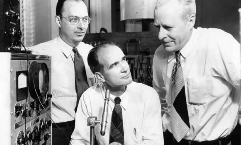 William Shockley, Walter Brattain y John Bardeen, inventores del transistor en 1947