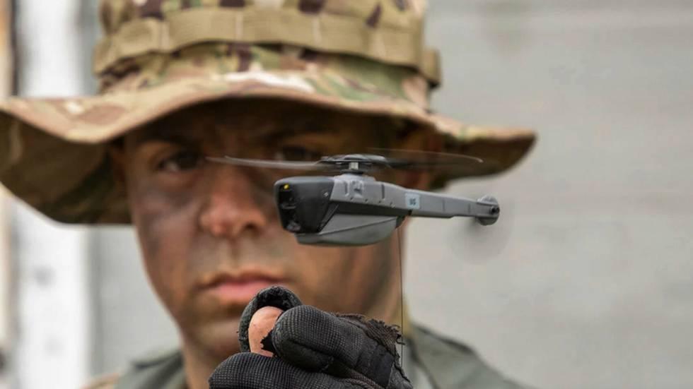 El dron Black Hornet mide 15 centímetros de largo y pesa 32 gramos.