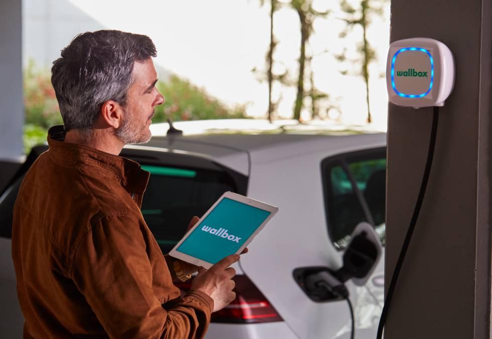 Un usuario carga su vehículo eléctrico con un dispositivo de Wallbox