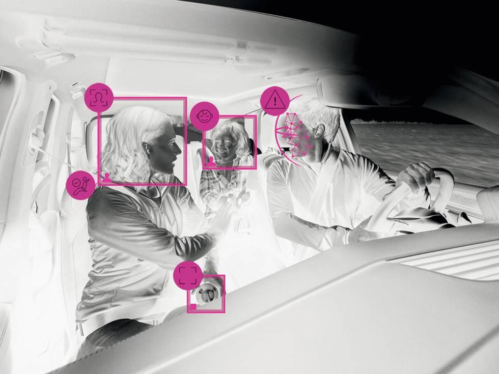 """La propuesta de Bosch se complementa con una cámara a la altura del retrovisor central que se encarga de vigilar al resto de ocupantes del coche. De este modo, """"sabrá en todo momento cuál es la postura que lleva cada uno de los ocupantes"""", explican desde la compañía. """"Si un niño en el asiento de atrás viaja ligeramente torcido porque se ha dormido, la cámara se comunicará con el airbag o los pretensores del cinturón de seguridad para que actúen en consecuencia y protejan mejor a los ocupantes"""", añade."""