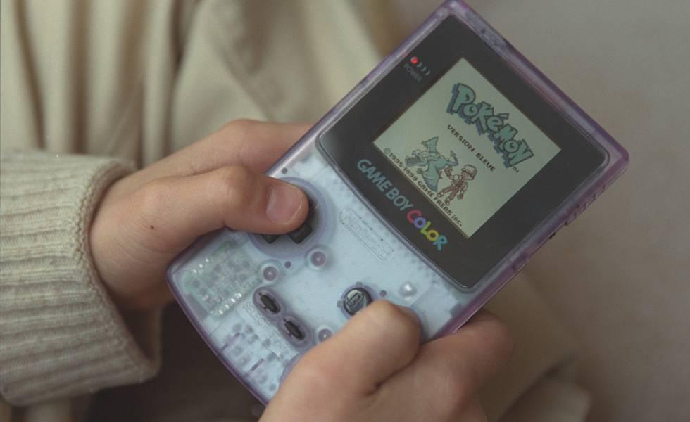 El viejo Pokemon edición azul visto en una Game Boy Color
