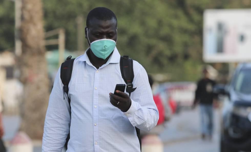 Un citoyen sénégalais consulte son téléphone portable dans la capitale Dakar.