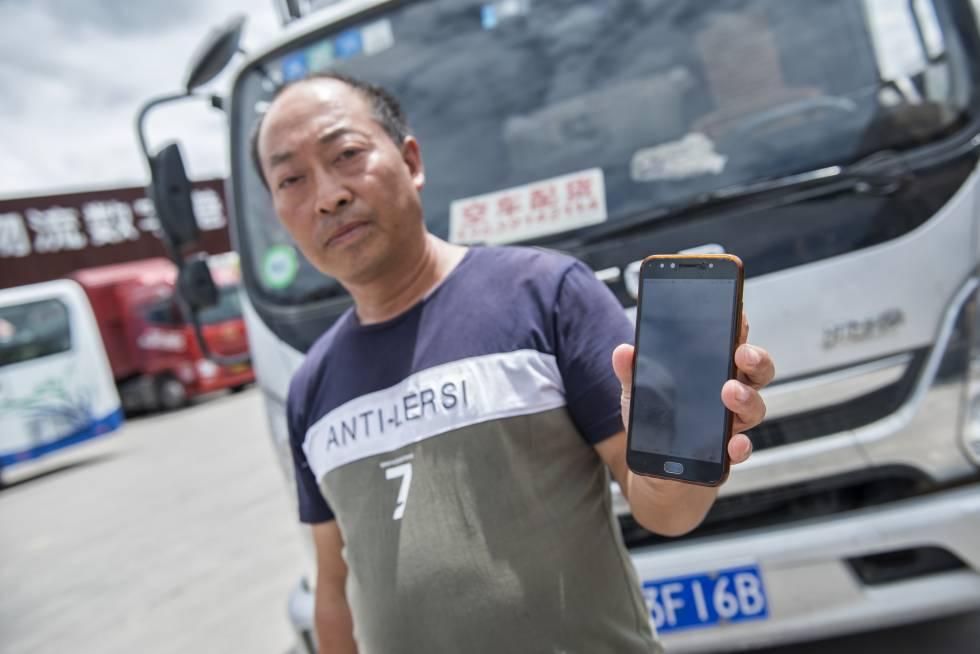 Zeng Zhangfu con su camión.