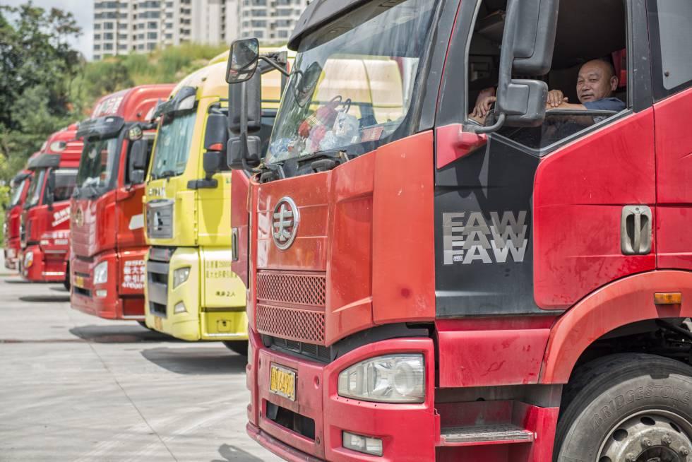 Camioneros a la espera de pedidos en Guiyang