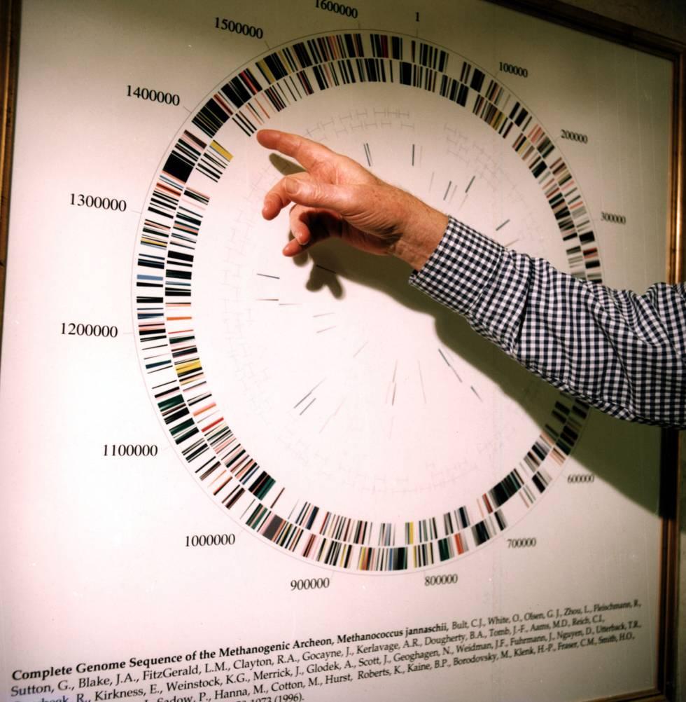 El genetista Craig Venter anuncia en 2000 que el equipo internacional de investigadores del que forma parte ha conseguido secuenciar el genoma humano tras una década de trabajo.